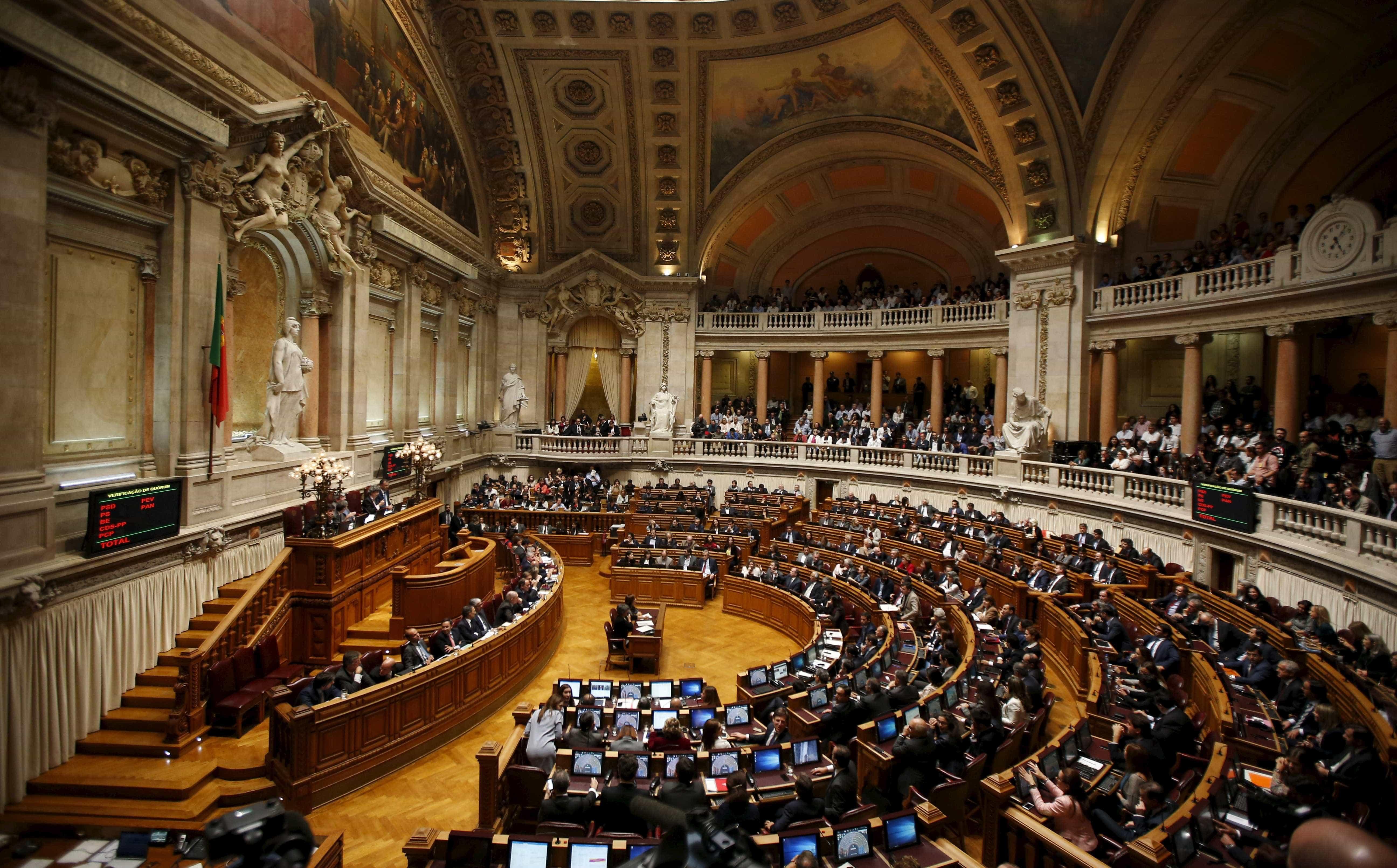 Parlamento debate polémicas com passwords e viagens de deputados