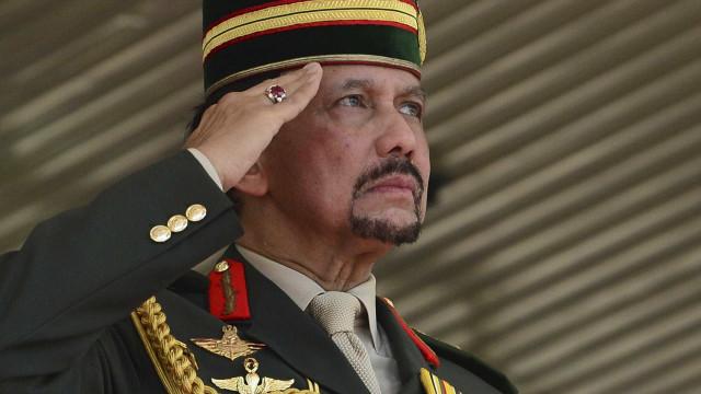 """Na hora de apedrejar gays até à morte, Brunei pede """"tolerância"""""""