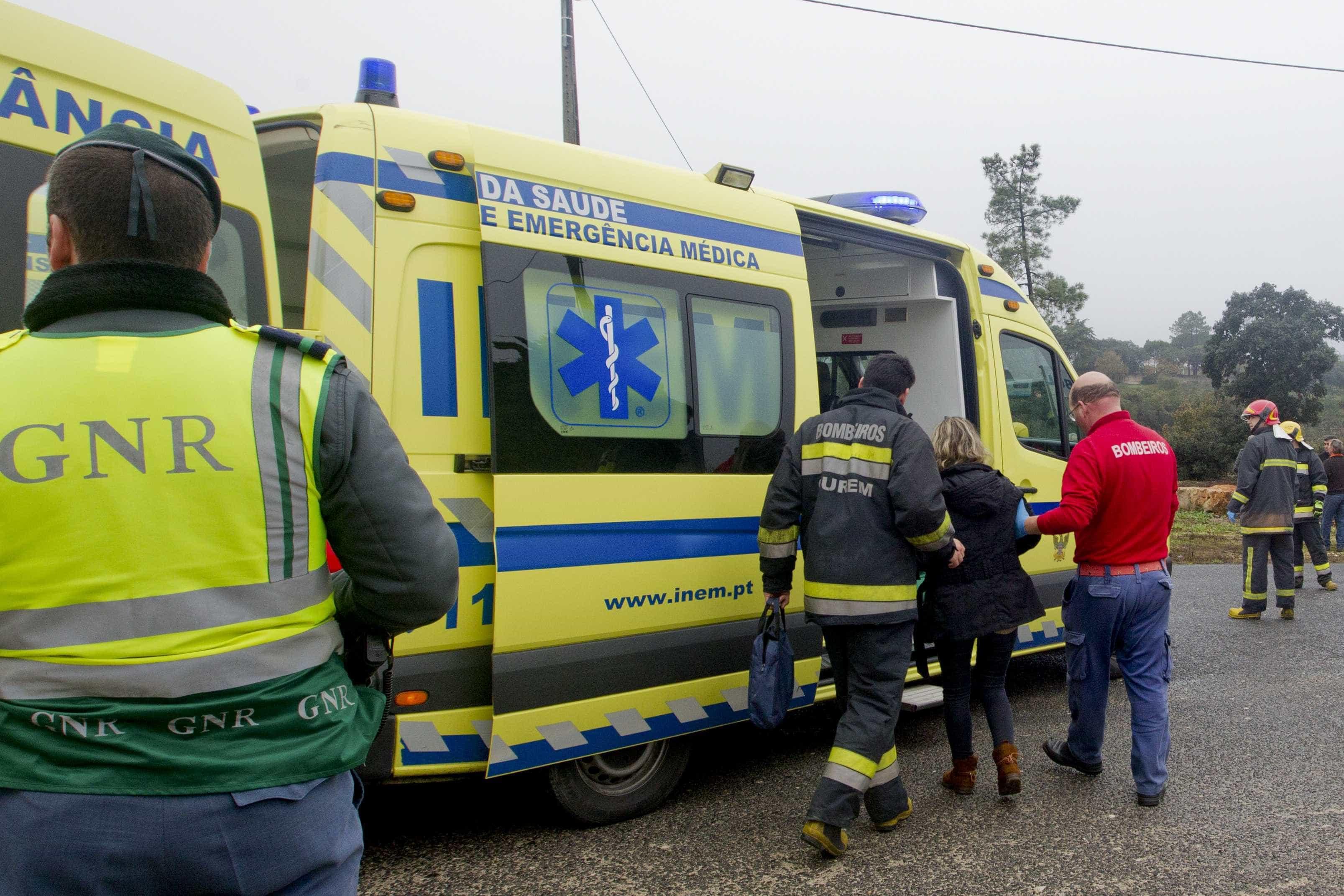 Carrinha caiu por ravina na A1 e fez seis feridos, um em estado grave