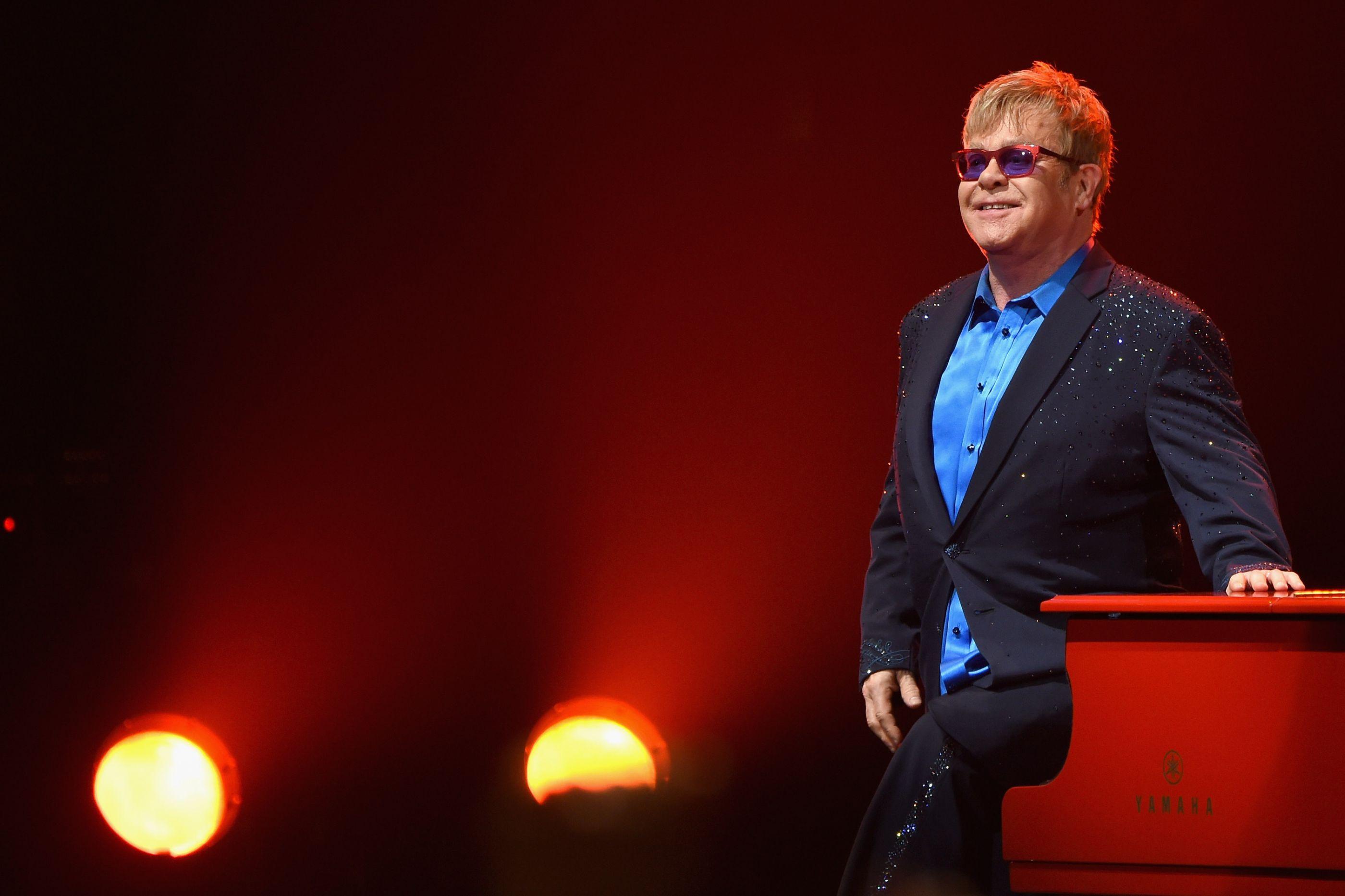 """Elton John vai lançar primeira autobiografia: """"É a verdade"""""""