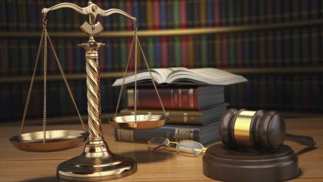 Homem condenado por chamar vigarista, ladrão e Bourbon a advogado