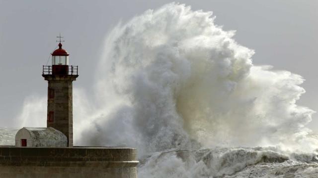 Mar agitado põe dez distritos sob aviso. Frio e chuva (também) continuam