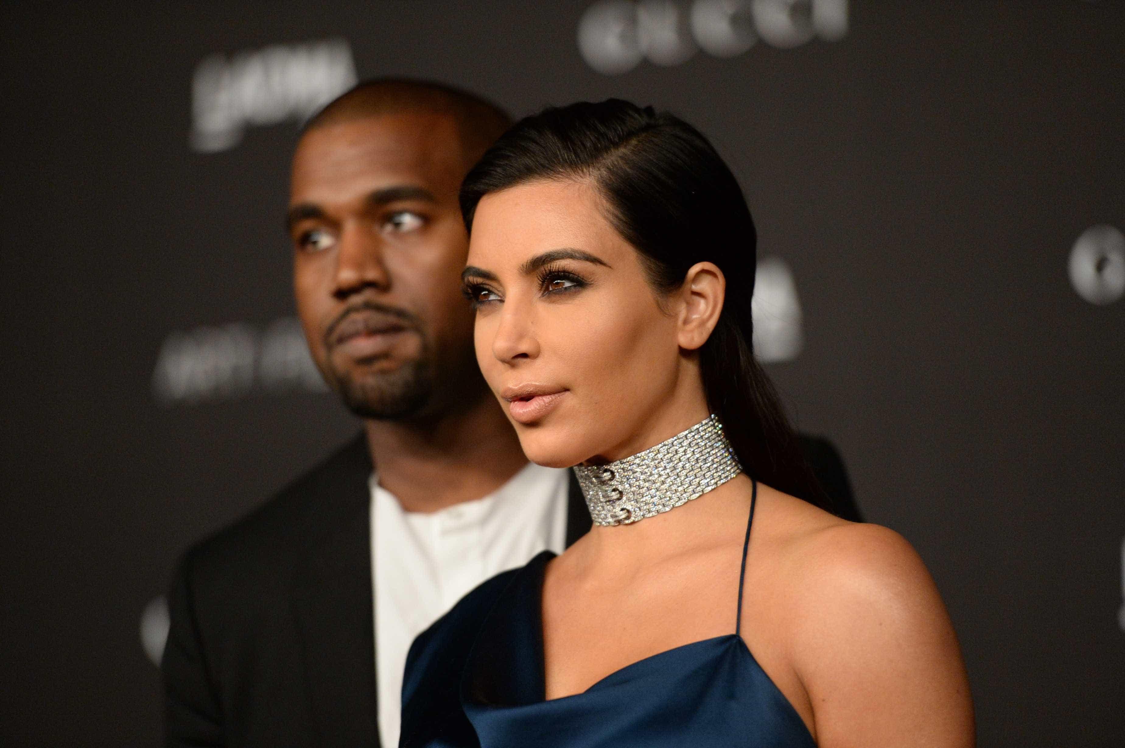 Com look ousado, Kim Kardashian acaba por mostrar mais do que o suposto