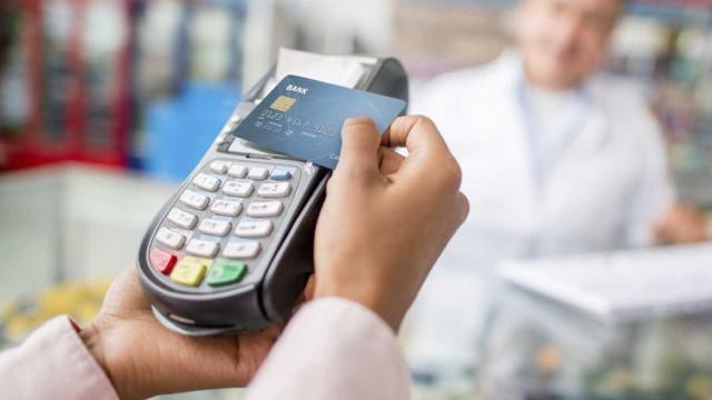 Afinal, comerciantes têm ou não de aceitar que pague o café com cartão?