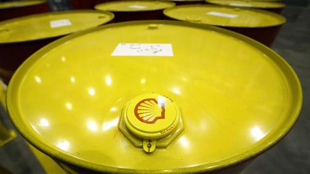 Preço do petróleo recupera à boleia de cortes na produção