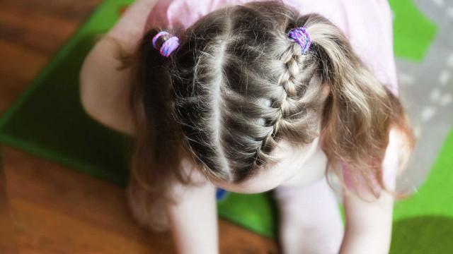 Menina de 3 anos mantém irmão vivo durante três dias após morte dos pais