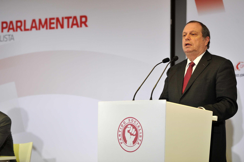 """PS faz """"o papel útil que a oposição não faz"""", diz Carlos César"""
