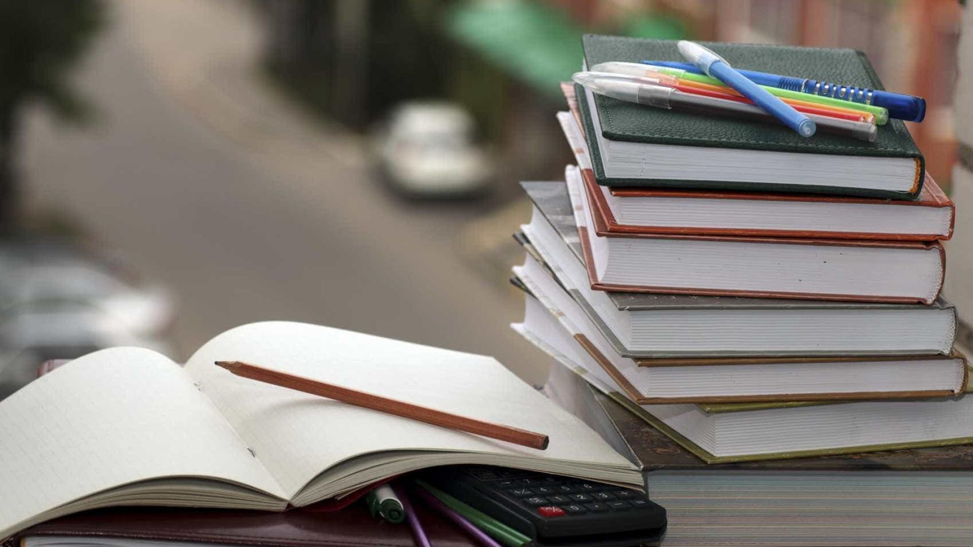 e1fa126f014 Menino de sete anos lança livro e dá dicas de português na net
