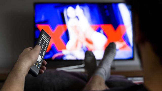 Homem processa pais por mandarem fora a sua coleção de pornografia