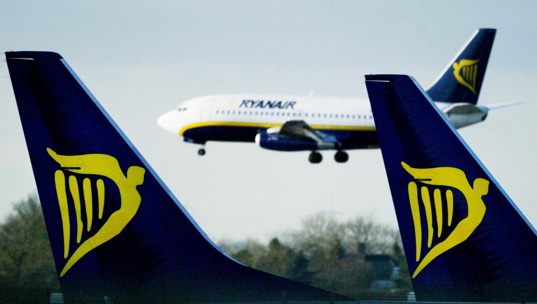 """Despedidos tripulantes da Ryanair que """"encenaram"""" foto a dormir no chão"""