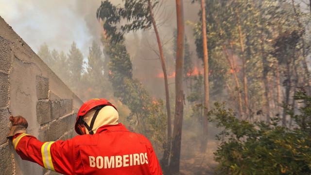 Quatro bombeiros feridos em capotamento de veículo no combate a incêndio