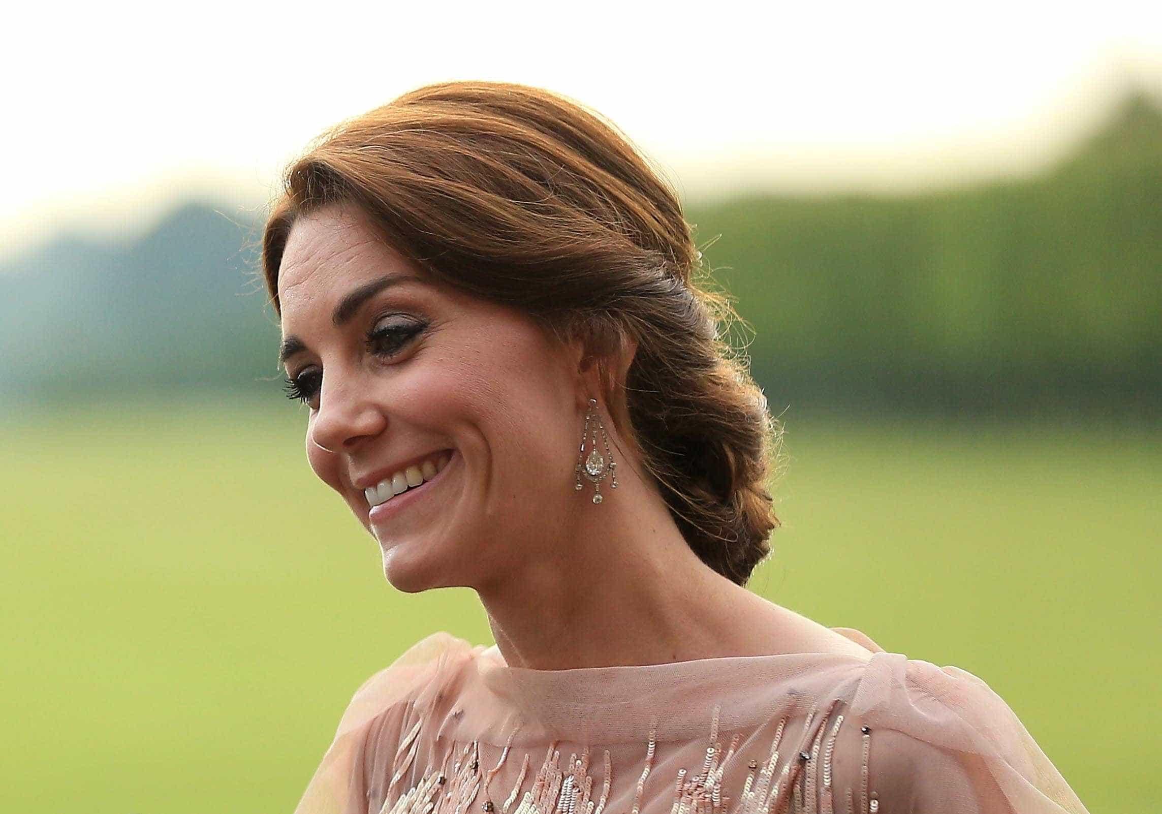 Kate Middleton dá nas vistas com blusa de mais de mil euros