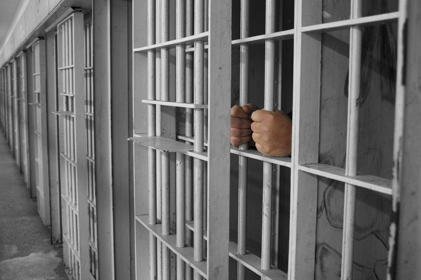 Recluso em fuga pediu boleia… a polícia. Voltou para a prisão