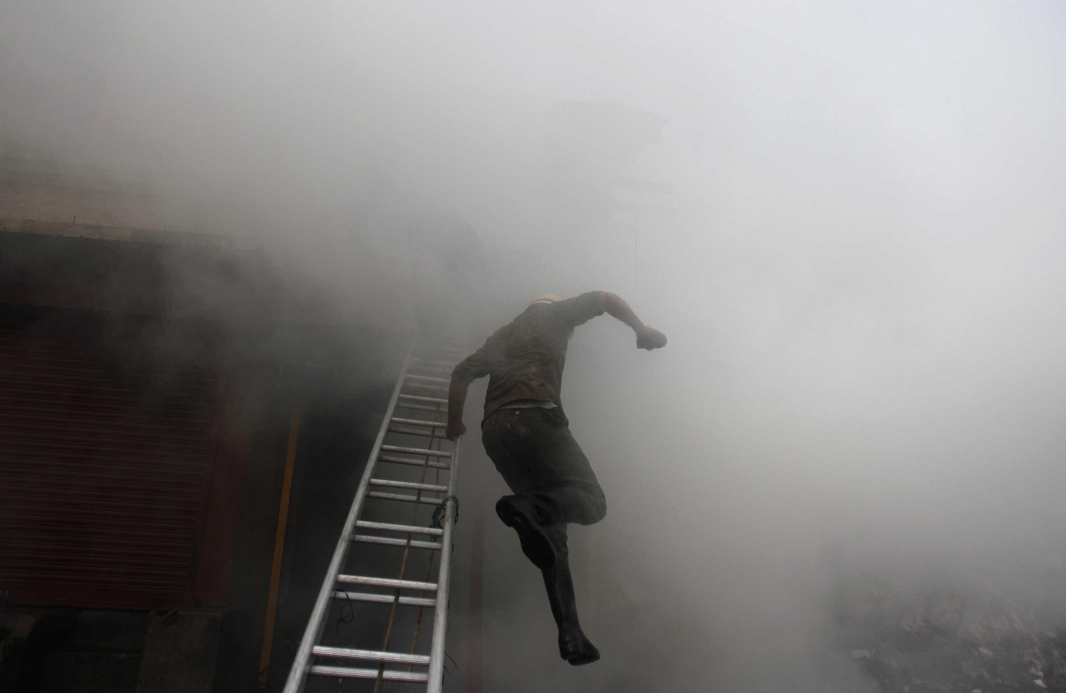 Oficina de automóveis tomada pelas chamas em Rio Tinto