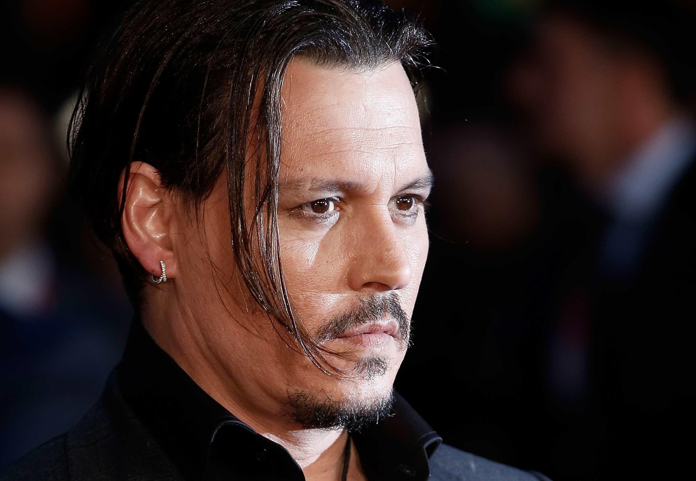 Johnny Depp é apanhado a beber com modelos na Sérvia