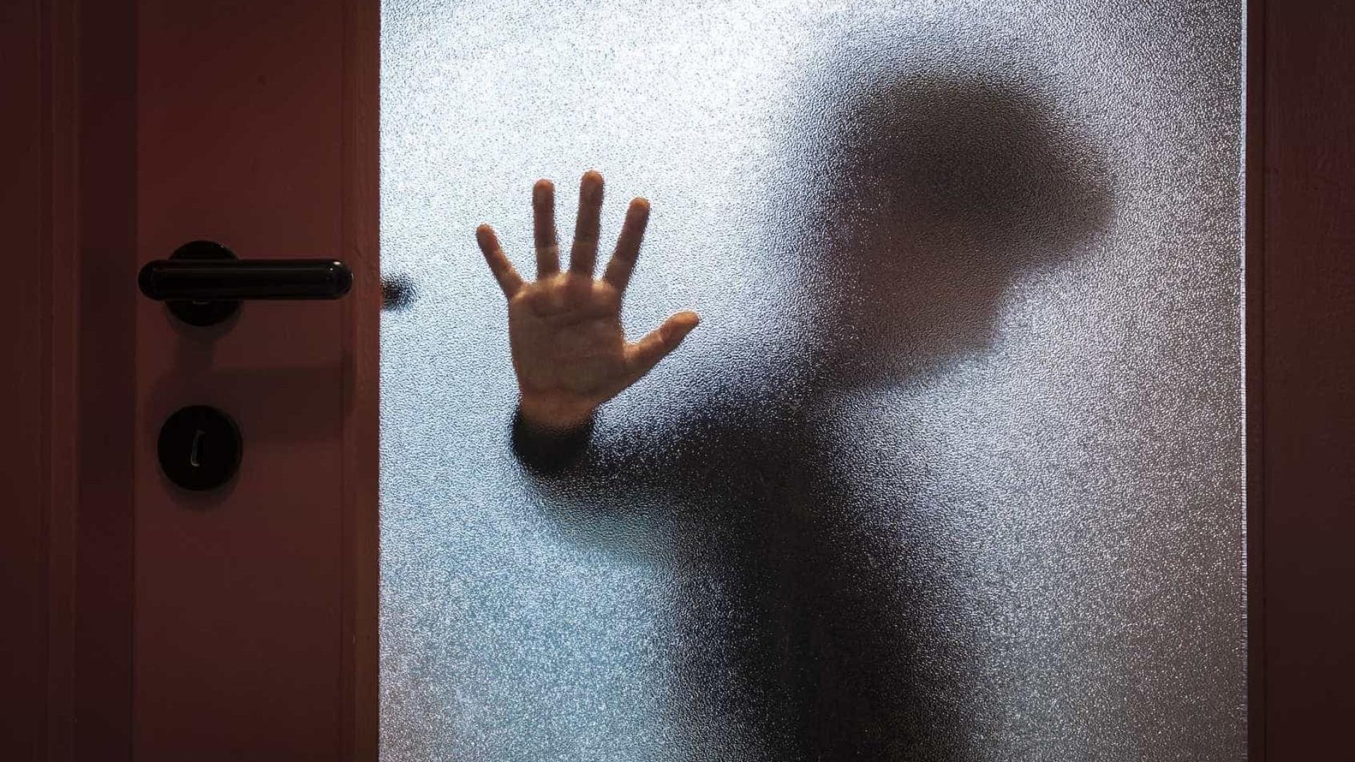 Mulher detida por bater no neto de dois anos na via pública em Espanha