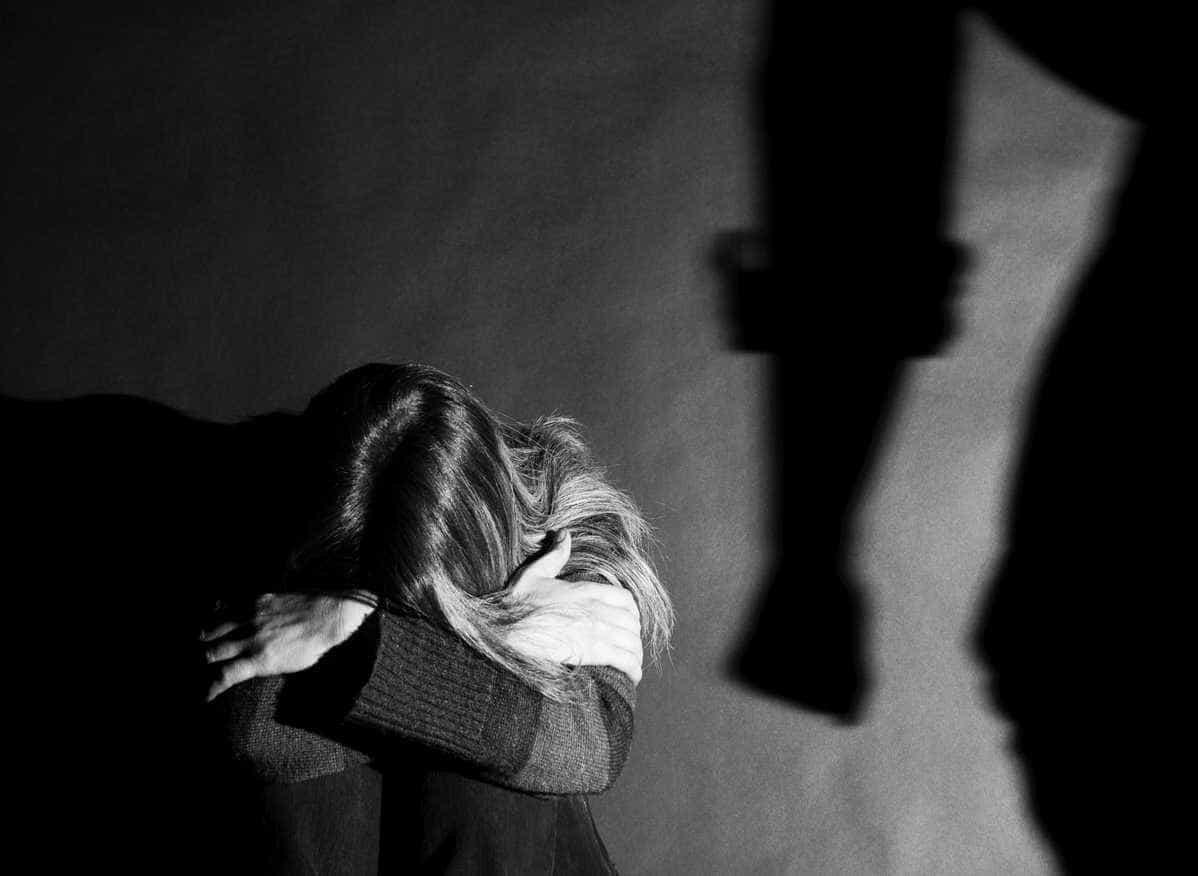 Mulher encontrada despida na rua após ser torturada pelo companheiro
