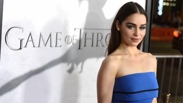"""Emilia Clarke sofreu dois aneurismas: """"Disse para me deixarem morrer"""""""