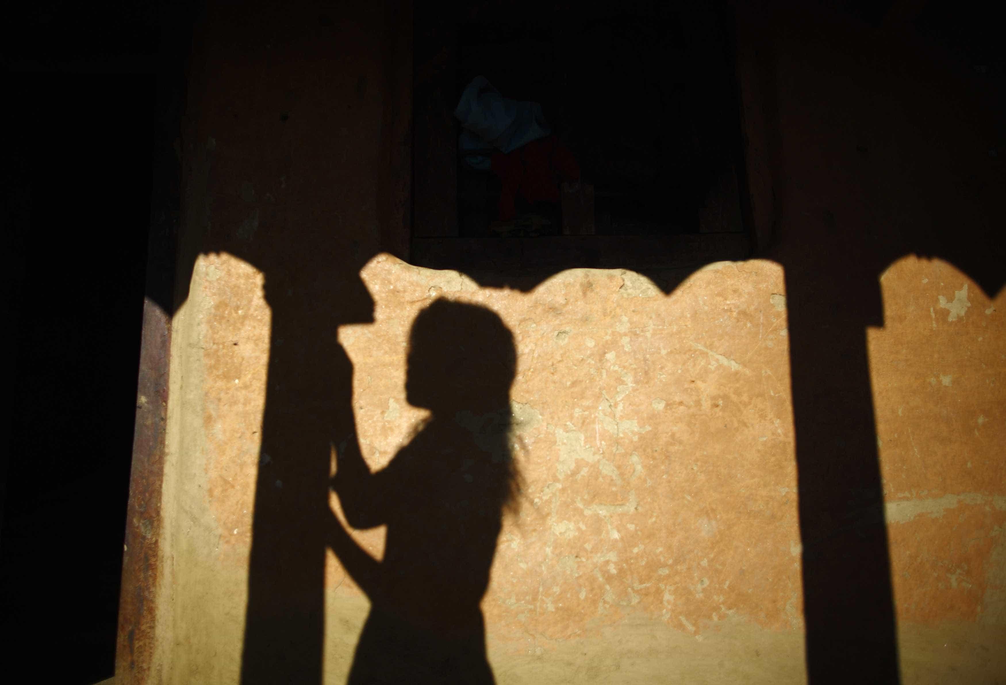 Mulher exilada durante menstruação morre isolada. Os dois filhos também