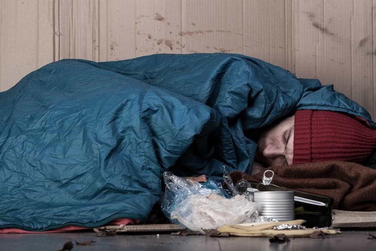 Sem-abrigo morre por ser obrigado a esperar ao frio para reaver cão