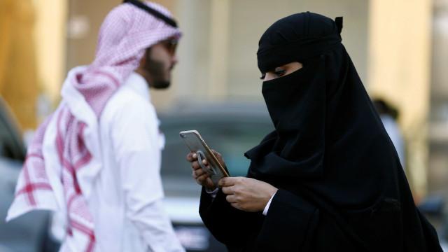 Google e Apple recusam apagar app que 'ajuda' homens a controlar mulheres