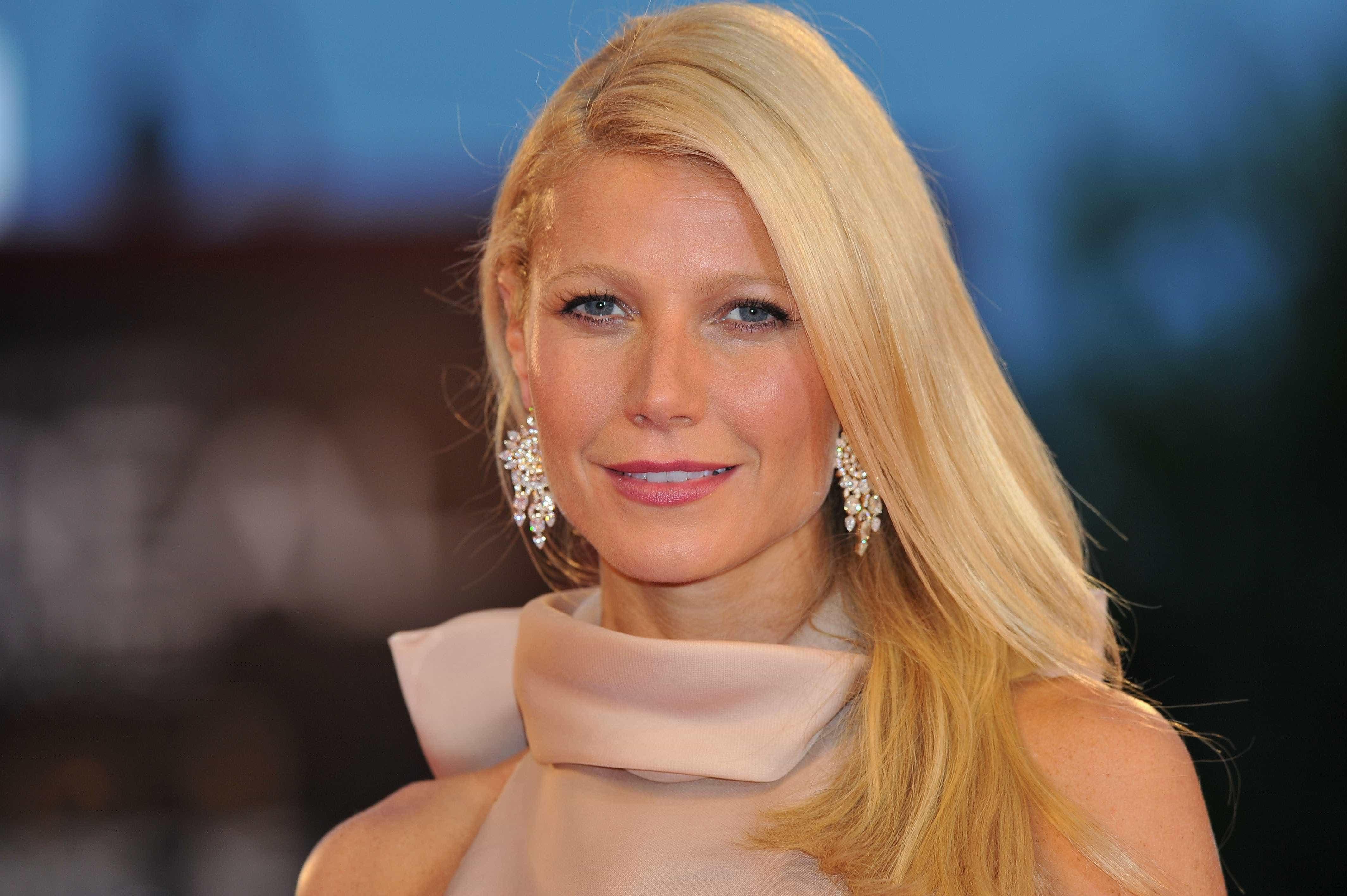 Aos 46 anos, Gwyneth Paltrow posa em biquíni nas redes sociais