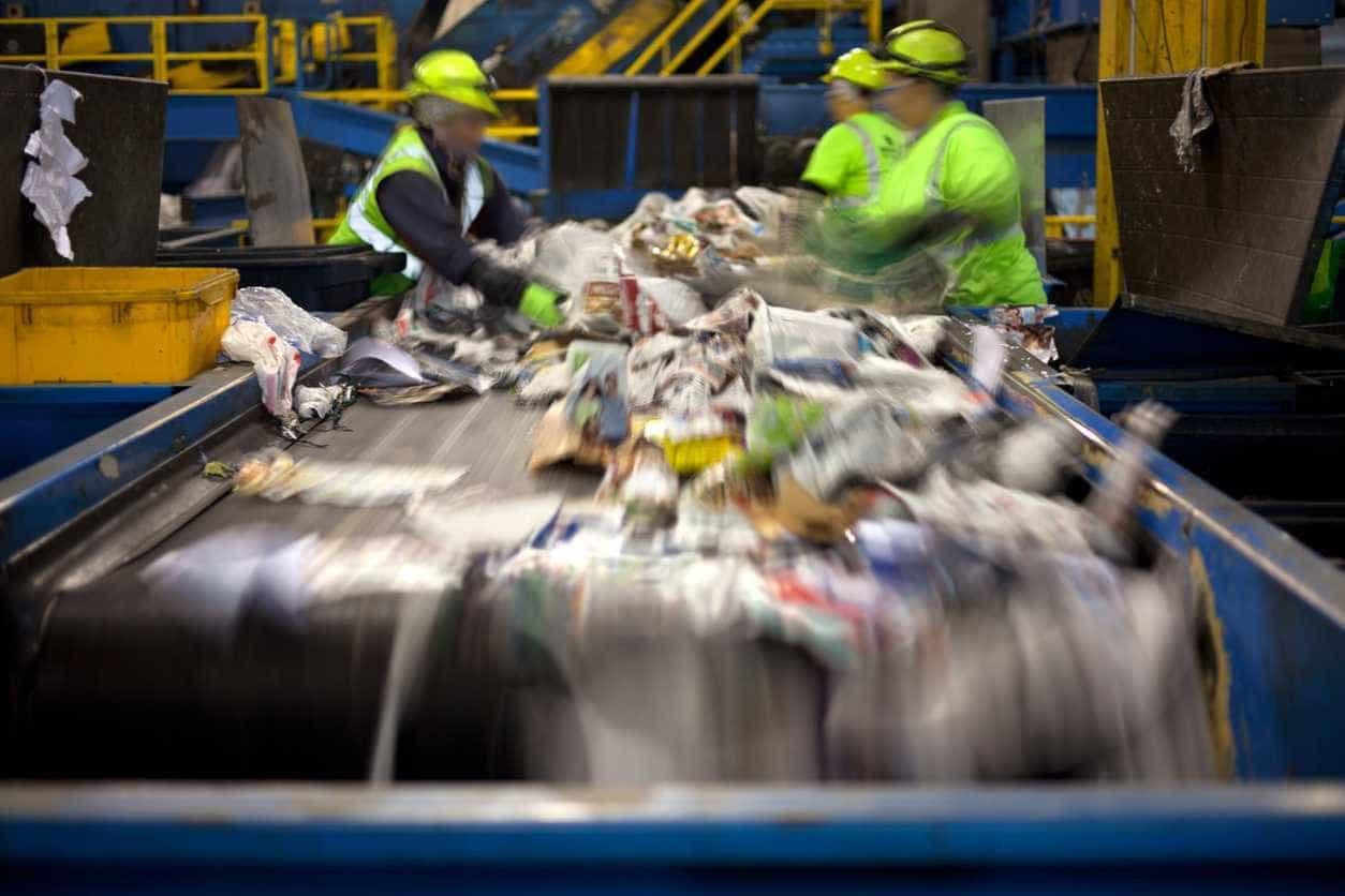 Governo investe 1,5 milhões em máquinas de reciclagem que dão recompensas