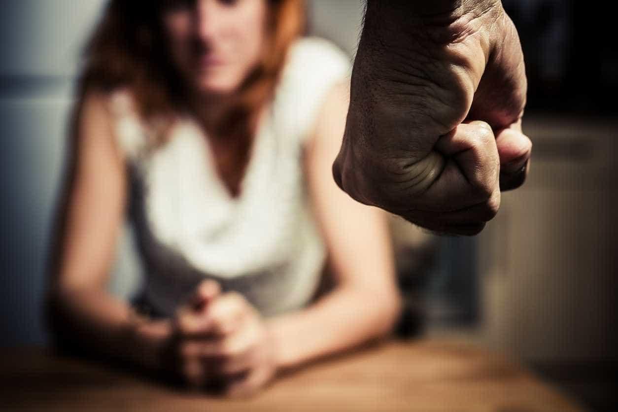 """""""Violência doméstica não é só física ou sexual. Denuncie"""""""