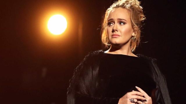 Adele está separada. Relação de sete anos com Simon Konecki chegou ao fim