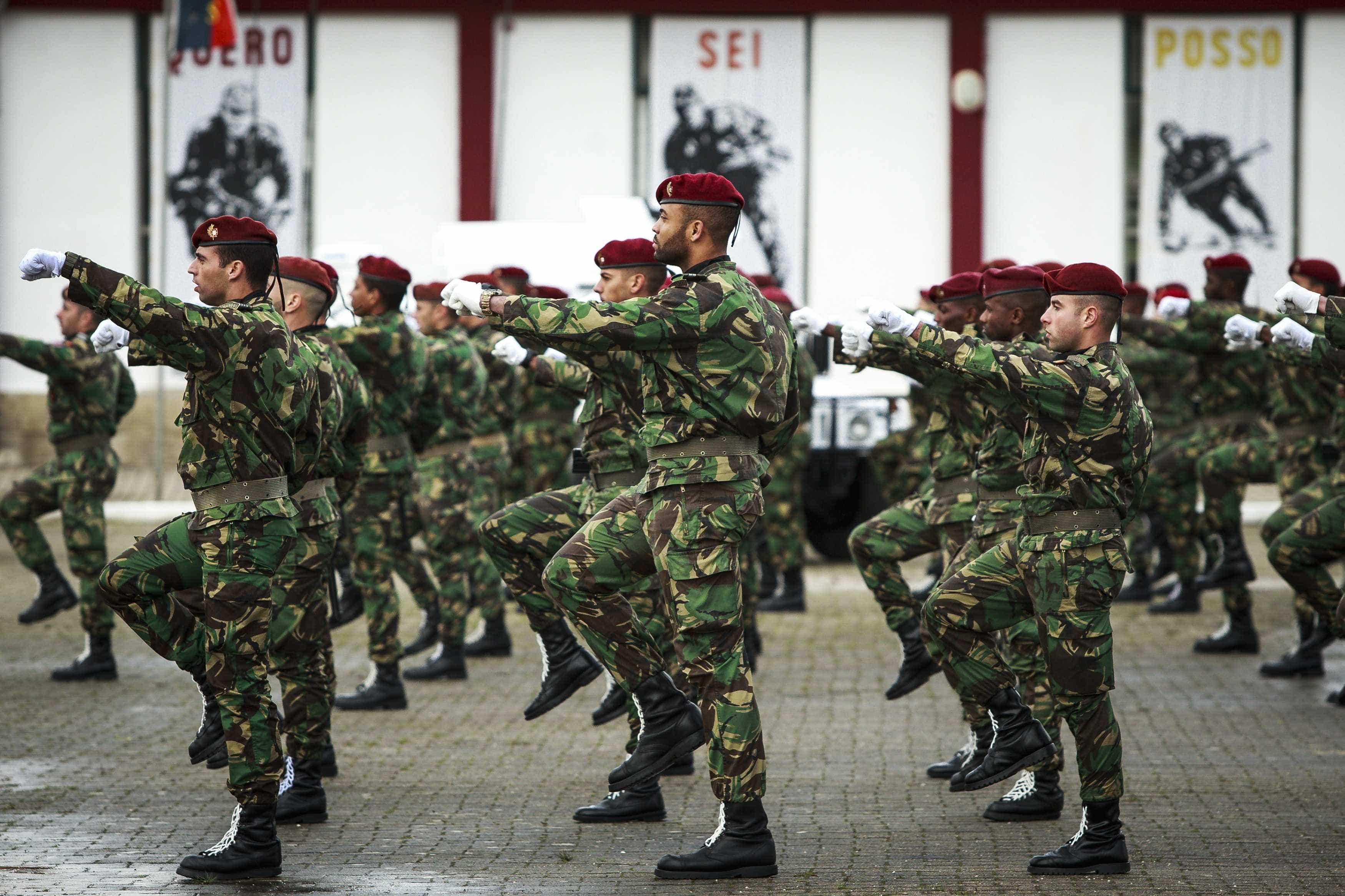 """Comandos: Mãe de recruta que morreu diz que ministro foi """"bruto e frio"""""""