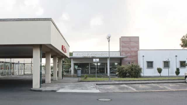 Médico condenado a prisão por violação continua a exercer