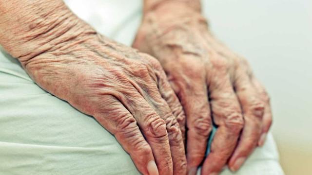 Assistente de enfermagem burlou em quatro milhões idosa de quem cuidava