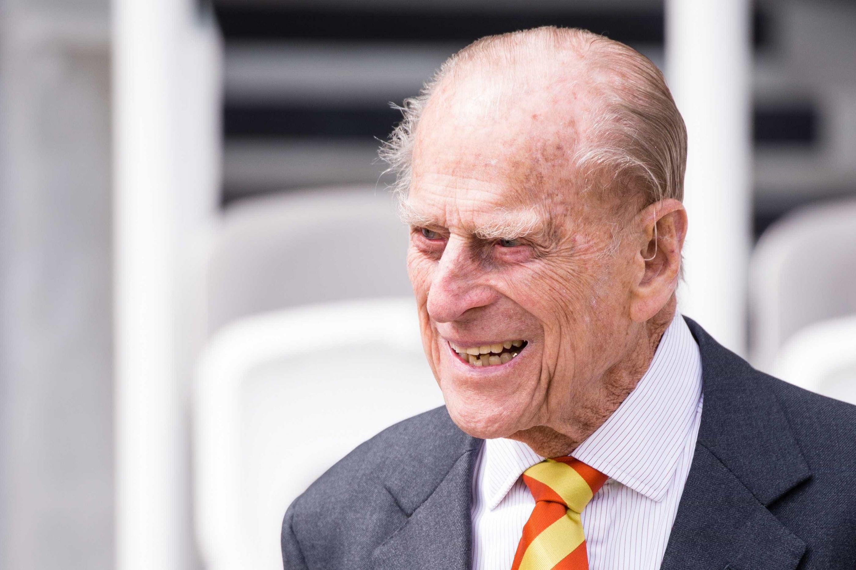 Dois dias após sofrer acidente, príncipe Filipe é apanhado sem cinto