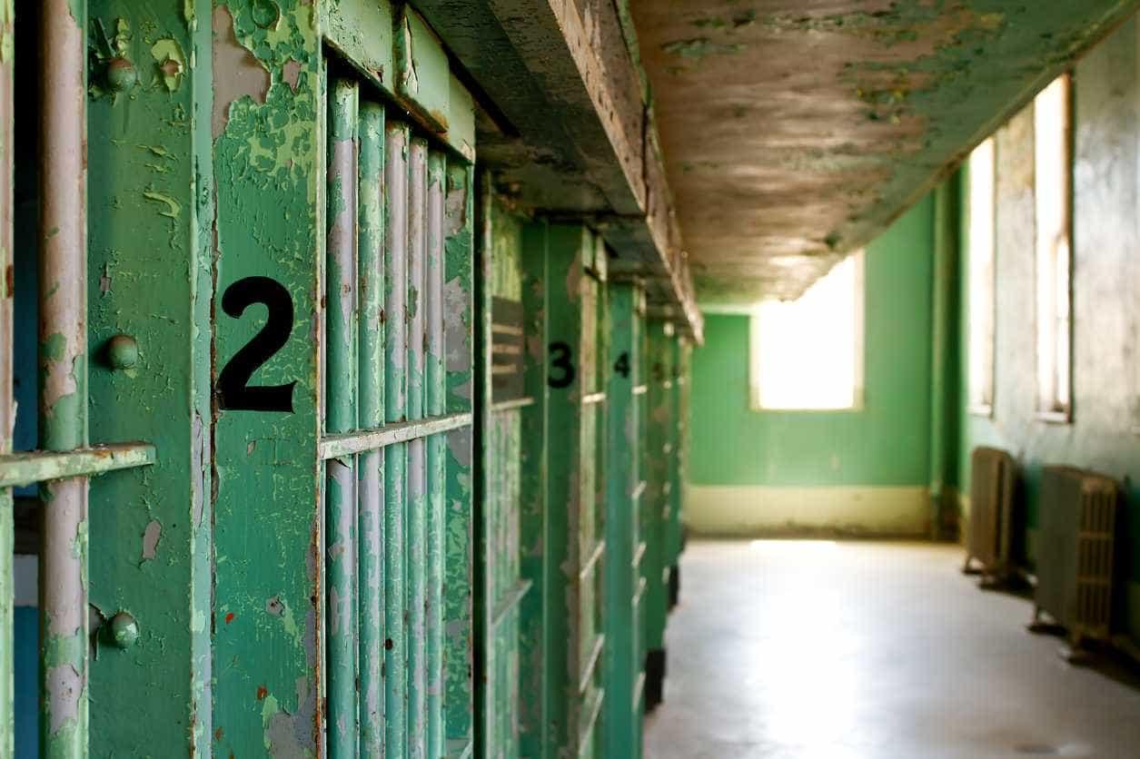 Menina de 11 anos violada por detido quando visitava irmão na cadeia