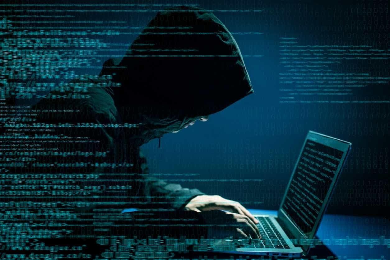 Mais conectados e vulneráveis, alerta especialista e professor de hackers