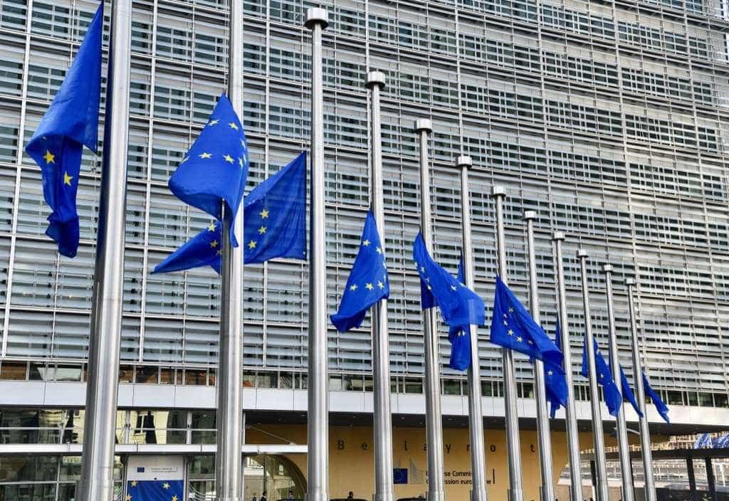 """Bruxelas alerta para """"desvios significativos"""" no Orçamento português"""