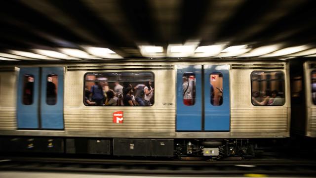 Linha Verde do Metro parada entre Martim Moniz e Cais do Sodré