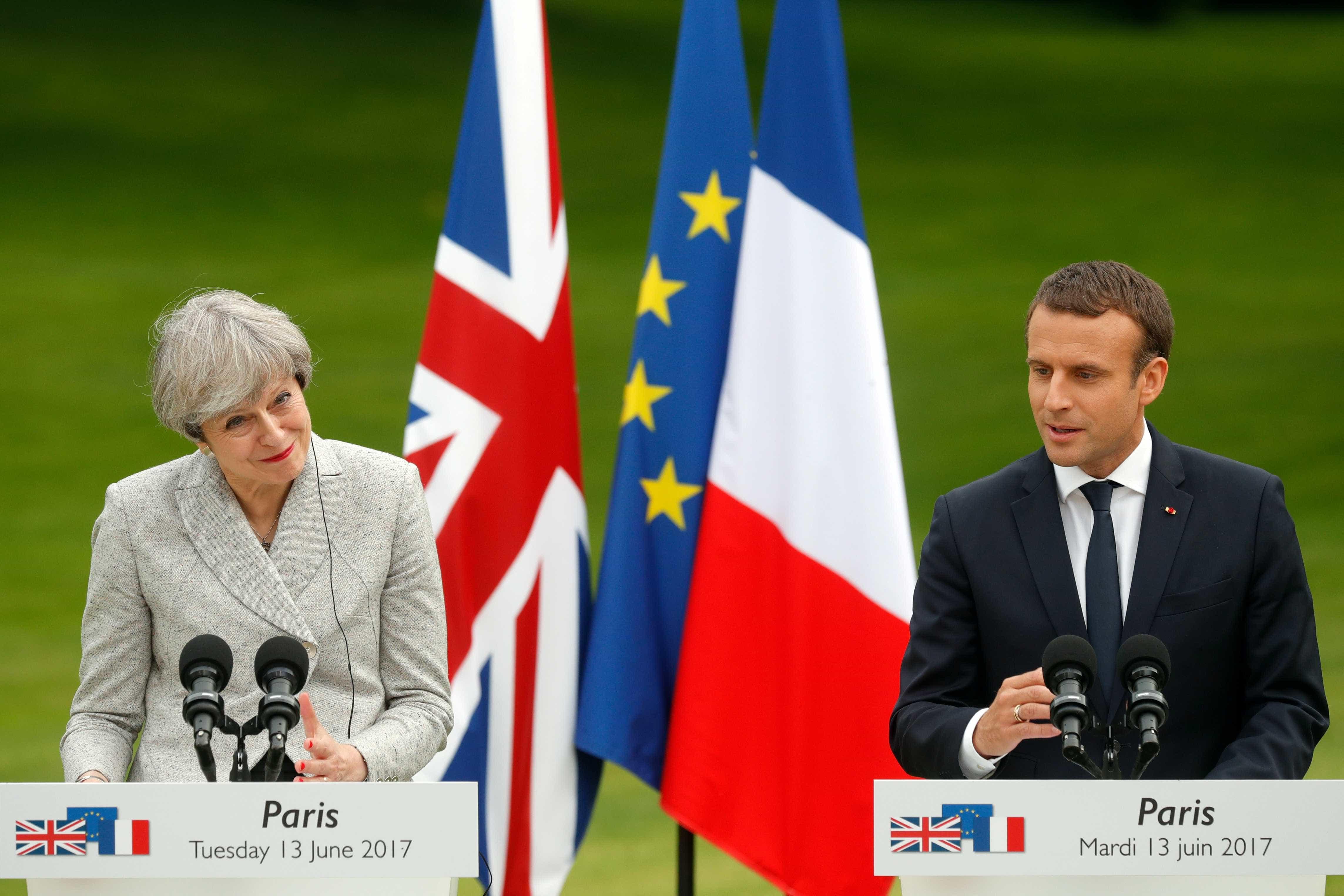 "Theresa May e Emmanuel Macron saúdam fim do ""califado"" do Daesh"