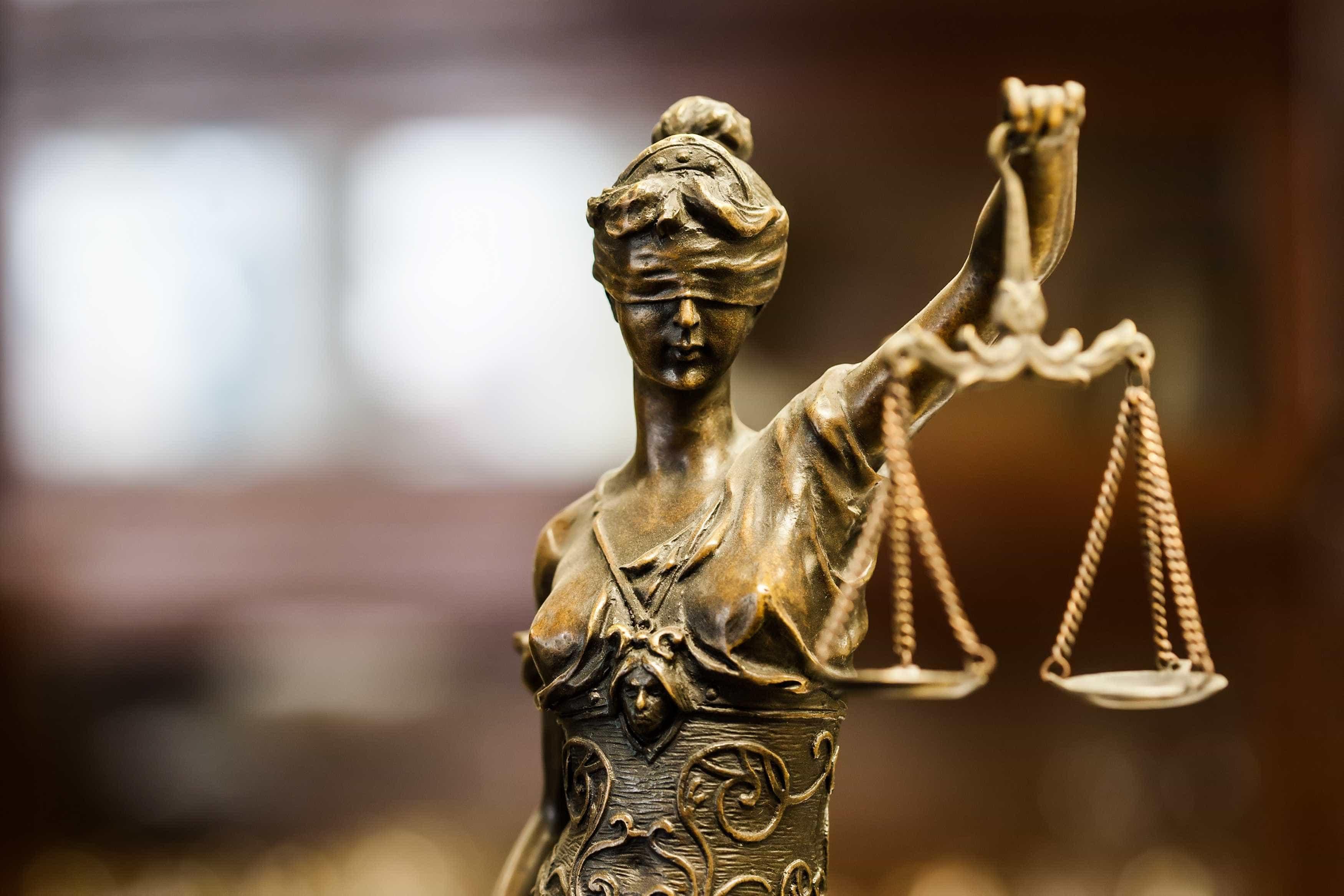 Suspeita de desviar 144 mil euros de Faculdade nada diz em tribunal