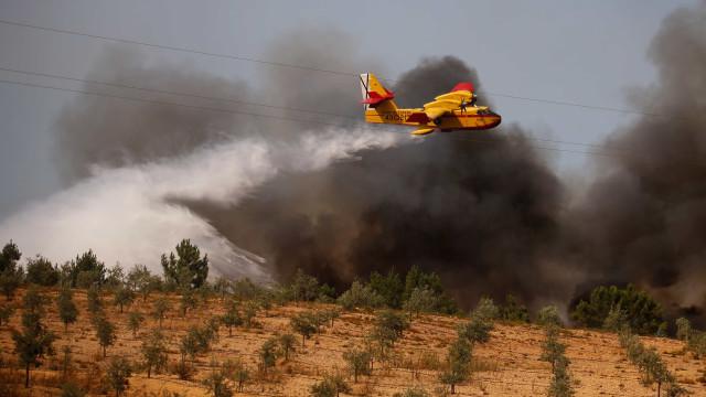 Incêndio em Leiria combatido por 150 elementos e quatro meios aéreos