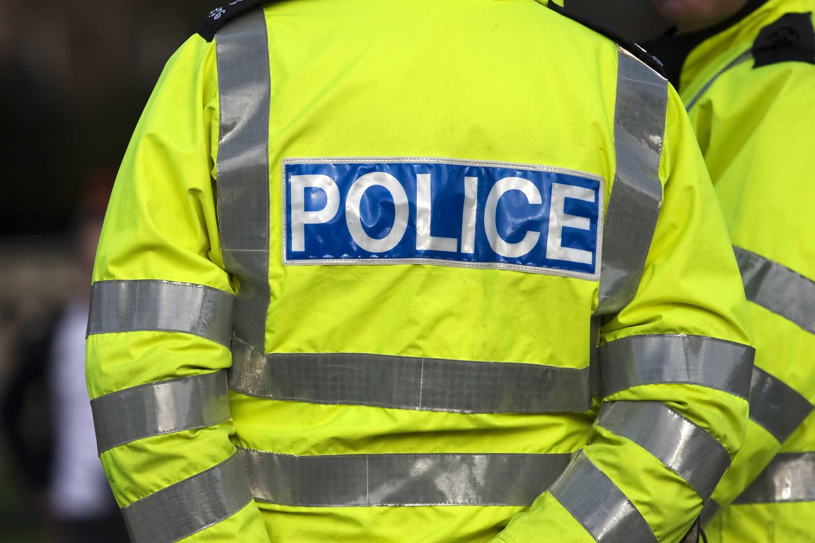 """Polícia chamada devido a """"pacote suspeito"""" junto ao parlamento britânico"""