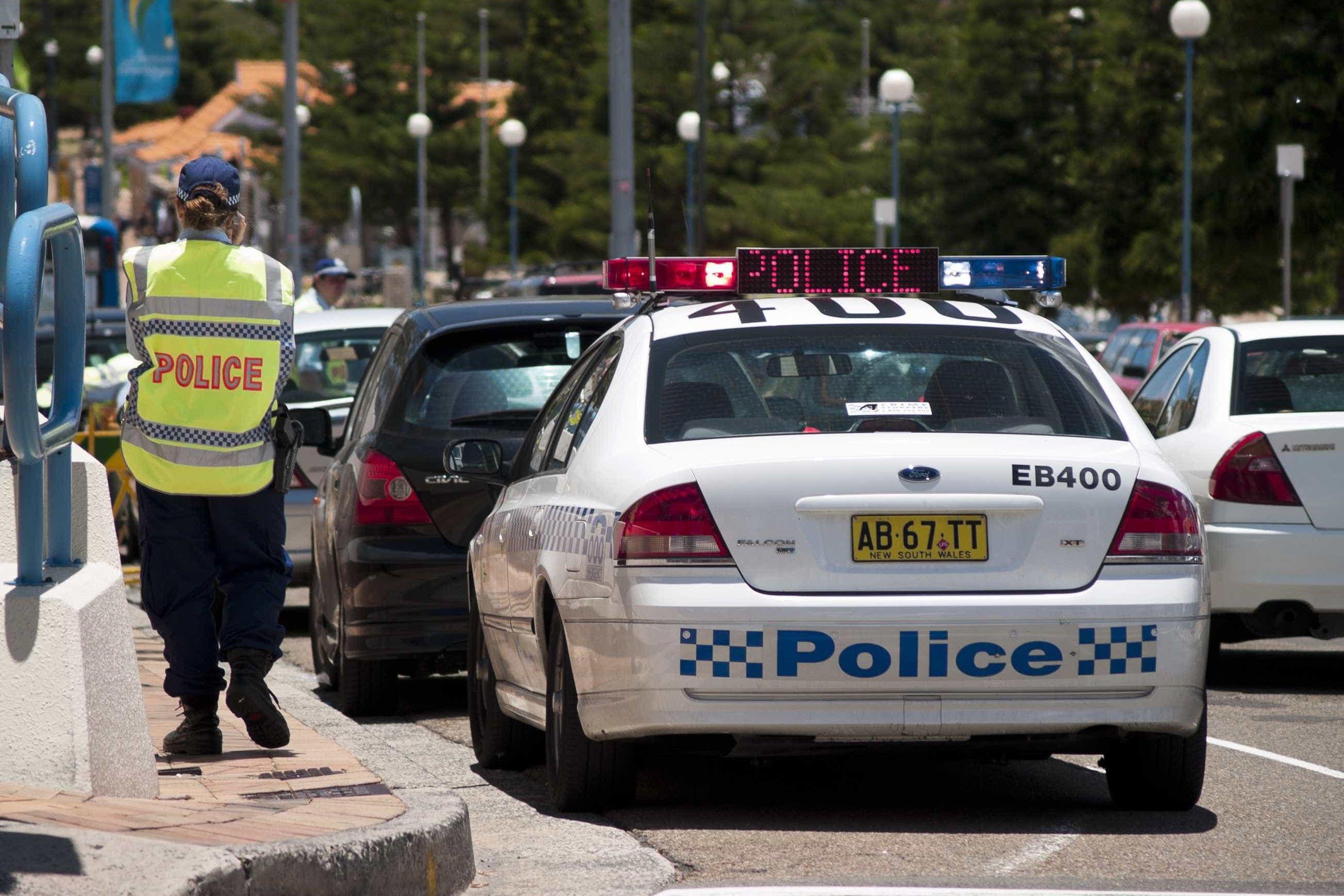 Australiana perde carta por conduzir a 100 km/h com filho no tejadilho