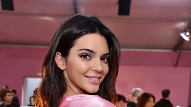 Kendall Jenner dá nas vistas após ser 'apanhada' sem sutiã