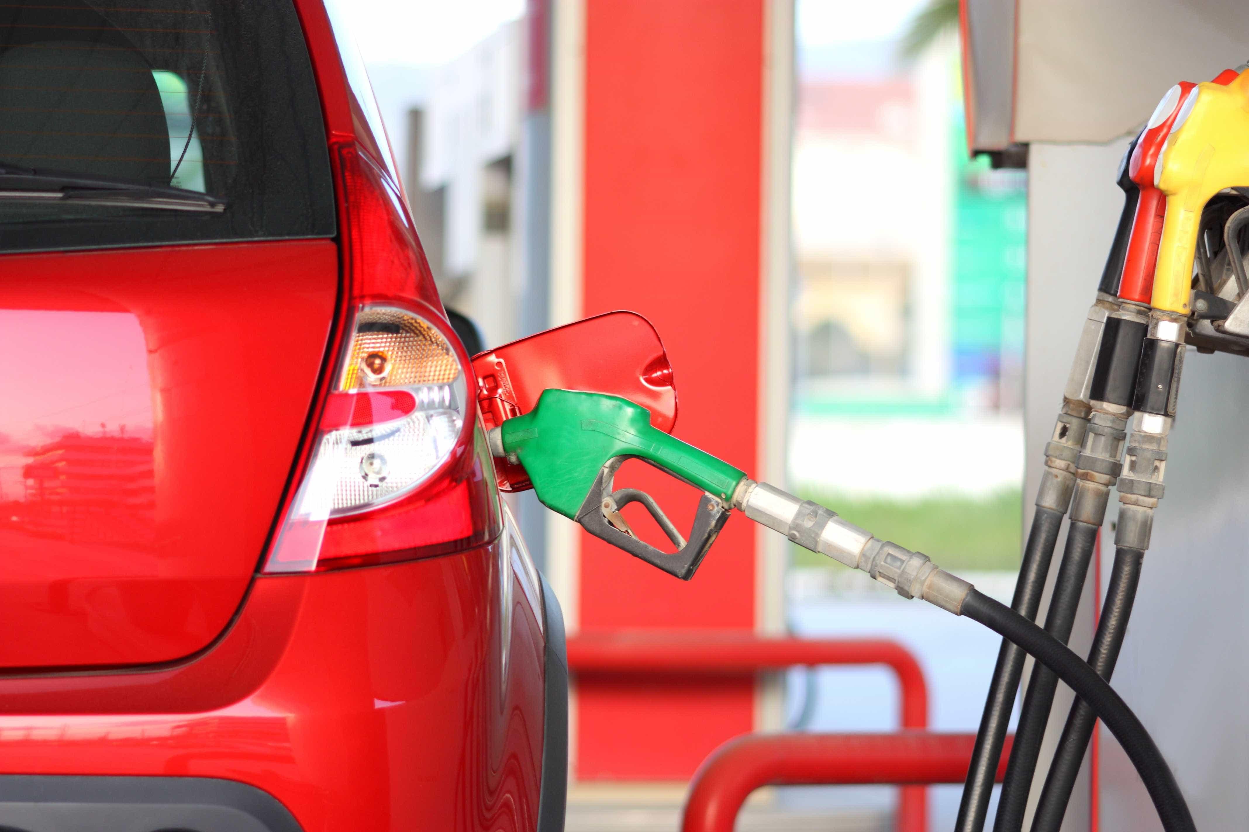 Gasóleo e gasolina estão mais caros, mas 'aqui' custam menos