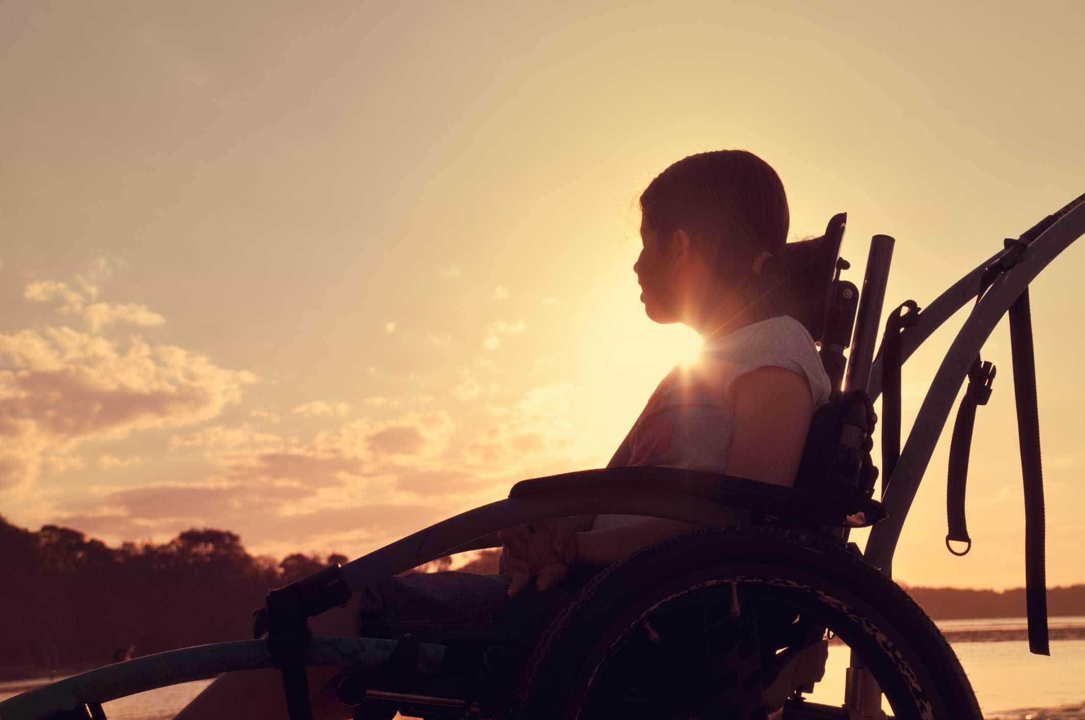 Mulher descobre que filho autista era atado a cadeira na escola
