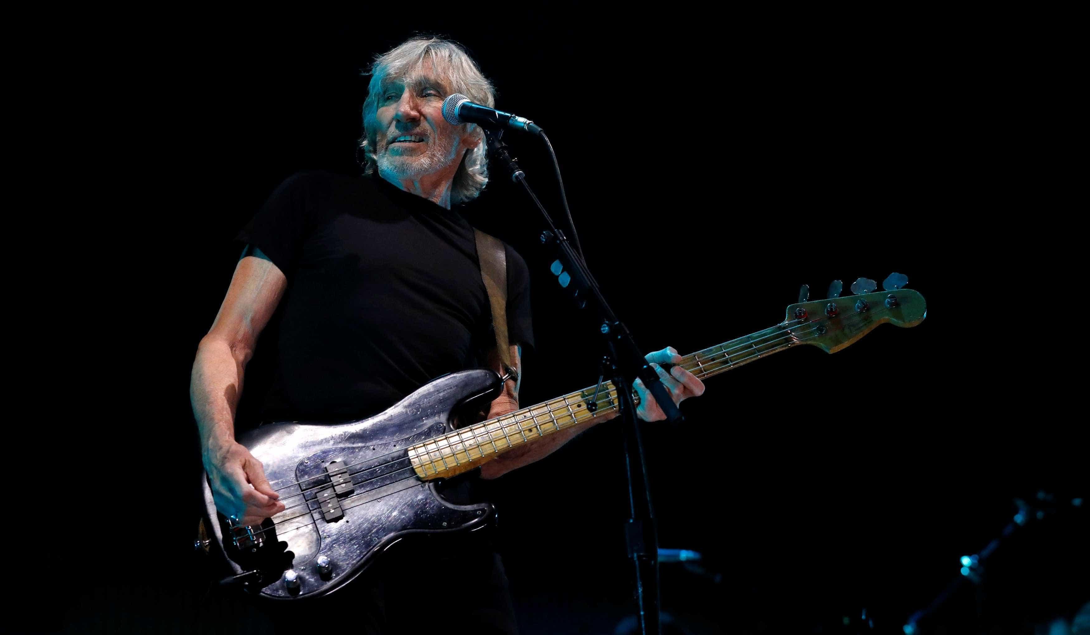 No Brasil ouviu apupos. Já no Uruguai Roger Waters foi homenageado