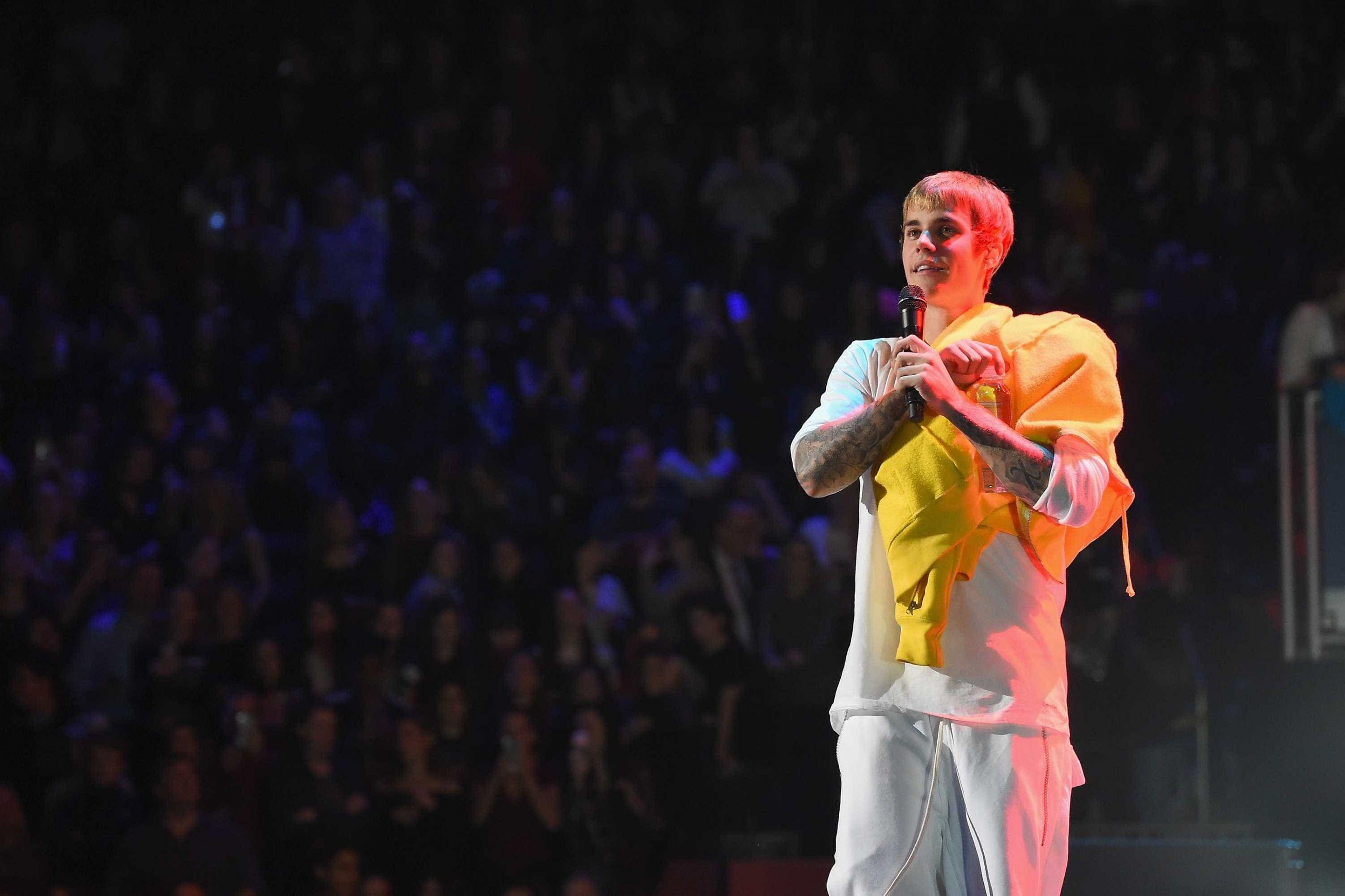 Justin Bieber faz tatuagem no rosto