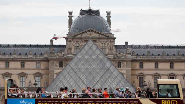 Grandes pinturas de Notre-Dame serão restauradas no Louvre