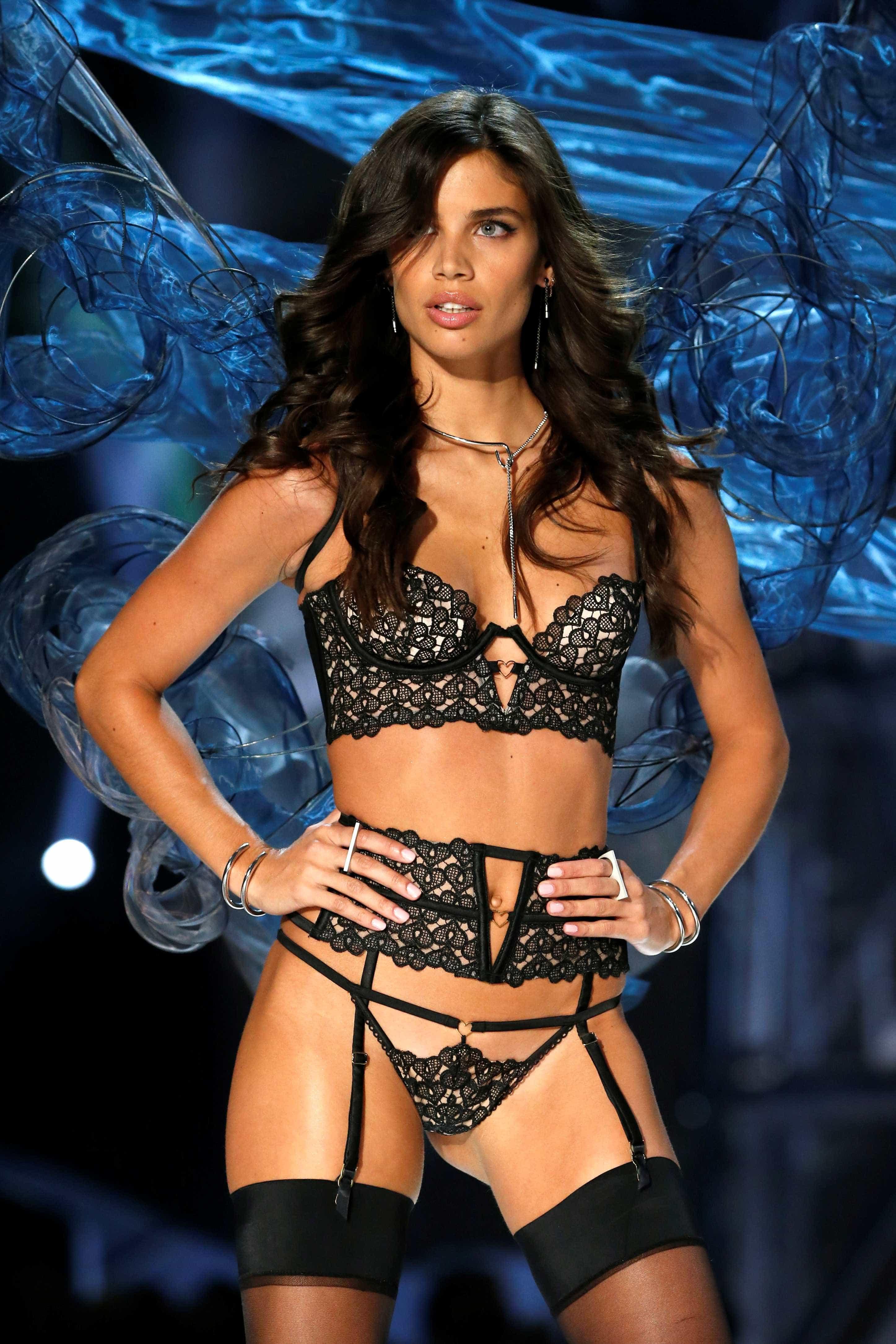 Sara Sampaio leiloa bilhetes para o desfile da Victoria's Secret