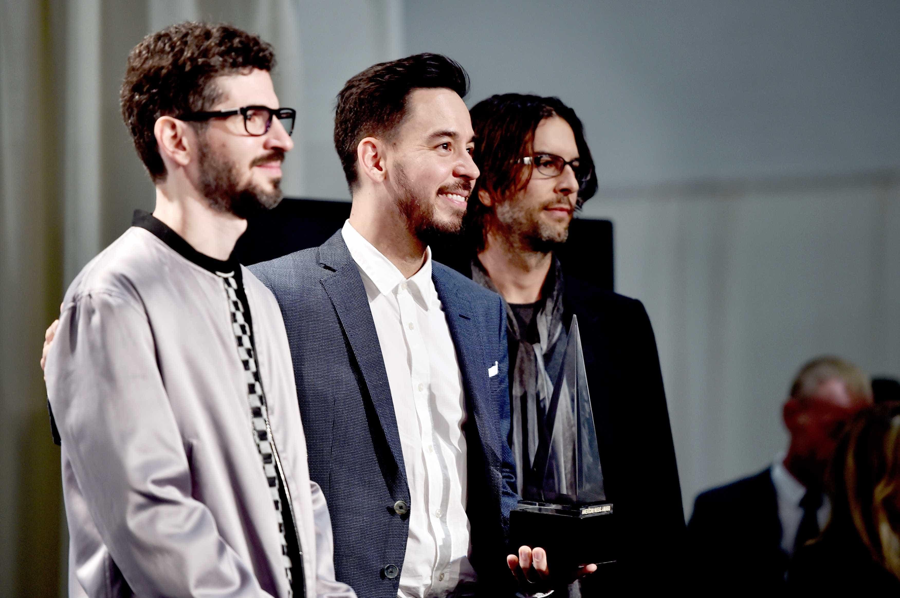 Membros dos Linkin Park homenageiam Chester Bennington nos AMA